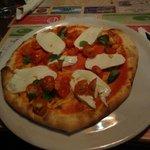 Pizza con mozzarella di bufala a crudo