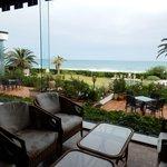 海を見ながらロビーカフェでのんびり