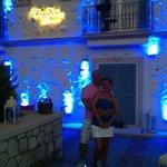 Otelimizin önünde güzel bir akşam eşimle birlikte