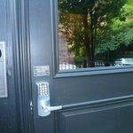 玄関。暗号を入れるキーボード