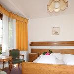 Unsere Zimmer sind hell und im alpinen Stil eingerichtet, alle mit Balkon.