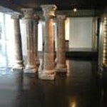 Columnas en la entrada del hotel, en frente a la recepcion