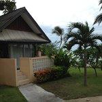 bungalow frente a la piscina