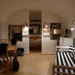 le salon et la chambre en fond