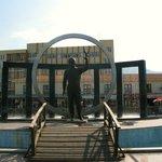 Мустафа́ Кема́ль Ататюрк памятник в сквере