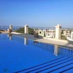 Aussicht der Terrasse mit Pool