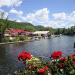 Une vue du pont, de la terrasse du Pilsen et des locations de kayaks etc....