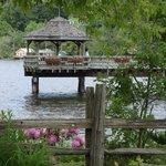 Autre vue du quai et les belles azalées du Café du Lac!