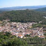 Das Dorf Alájar vom Berg aus gesehen