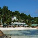 Blick auf Hotel und Strand