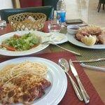 وجبة غداء سمك فيليه ودجاج بجبن بار ميزون وسلطة اروما