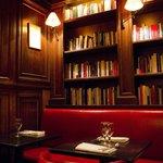 la boiserie con libreria del piano di sotto