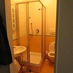 kleines Bad mit Dusche und WC