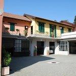 Der Hof mit Garagen, darüber die Maisonetten-Zimmer