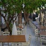 terrasse pour le petit déjeuner et le restaurant