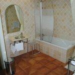 Amplio baño, limpio y moderno.