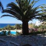 vue sur le jardin et la mer depuis la terrasse du bar