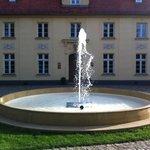 Sandstein-Springbrunnen vor dem Schloss