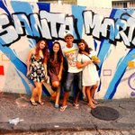 Painel na entrada da favela