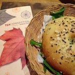 Sanduíche de bagel com salmão