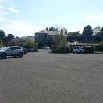 vista entrata hotel e parcheggio