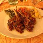 cotolette di agnello alla griglia con verdure lesse
