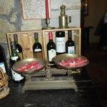 Una pieza con decoración de vinos