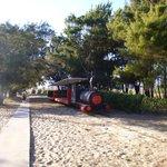 trem para se chegar à praia