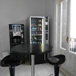 Distributrice de sandwhich, bière, biscuit. Machine à café