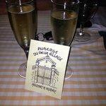 coupes de champagne en raison de notre anniversaire de mariage!