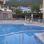 Zwembad vlak bij het tweede hotelgedeelte.