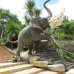 Kampfelefant an der Aufgangstreppe