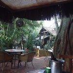 Jardins do restaurante com mesas ao ar livre também