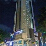 Fachada Noche INNTU HOTEL