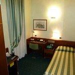 Mój pokój w hotelu Flora. Prawda, że niewielki?
