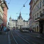 Blick von der Sackstraße auf den Hauptplatz und das Rathaus