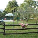 Steccato che divide il prato dalla piscina