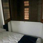 Ventana sin luz natural ni ventilación.  La ventana da a la pared de ladrillo de la foto.