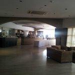 Frühstücksbereich und Bar im Innenraum