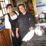 Izolina e Sissa , da equipe da Casa Sol, posando na linda cozinha do hotel.