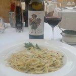 Ons favoriete gerecht Spaghetti Aglio e Olio met Parmezano en een fantastische fles huiswijn Roo