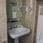 Il bagno è ben ristrutturato. Da notare che non usano miscelatori.