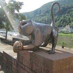 estatua del mono,ubicado base torres puente viejo