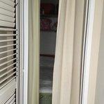 camera con porta finestra al massimo dell'apertura vista dalla nicchia....