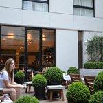 Area externa com restaurante
