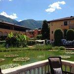 Blick auf den wunderschönen Teich im Hotelinnenhof