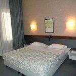 部屋はごく普通のヨーロッパのホテル。機能的で使い易いホテルです。