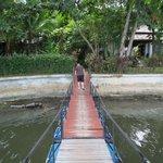 """Die """"Hängebrücke"""" auf Fässern über den miefenden River vom Zimmer zum Restaurant am Strand -"""