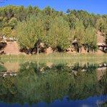 casitas y lago