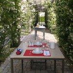 Petit déjeuner sous la roseraie